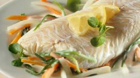 Haddock with vegetable sticks and lemon